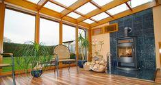 de Nombreux matériaux qui peuvent constituer une véranda, chacun a ses avantages.  veranda en bois contient un look authentique et offre également une bonne isolation. Et le métal, l'extension veut plus moderne...  Il apporte la chaleur et élégance à tous les styles de maisons, de la maison, des plus traditionnelles aux plus modernes. Il s'harmonise avec toutes les façades, y compris de la pierre.   Mais au-delà de son esthétique, la veranda en bois affiche également de nombreux avantages… Home And Garden, Outdoor Decor, Relax, House Design, House, Terrazzo, Deco, Decks And Porches, Home Decor