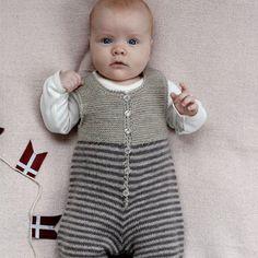 Skøn strikket buksedragt i vaskevenligt garn.