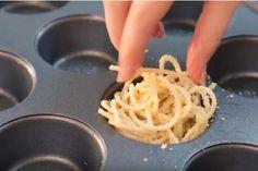 Elle ajoute des pâtes dans un moule à muffins! C'est une idée de génie!