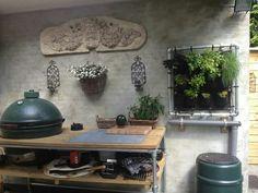 buitenkeuken met big green egg en natuurlijk de EetbareWand. vers van de muur.