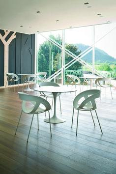 Plastová židle MOEMA vytváří vzdušnost v každém prostoru.