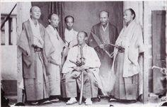 長崎奉行と家臣たち。奉行だけが白足袋である。奉行・服部長門守常純(左衛門佐)は1866年勘定奉行、1868年若年寄になる。