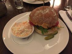 Burger im CORTIINA BAR-RESTAURANT in München. Lust Restaurants zu testen und Bewirtungskosten zurück erstatten lassen? https://www.testando.de/so-funktionierts