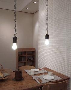 lamp2 ダイニングの上に並べると、レトロな雰囲気になりますね。 スッキリ見えますが、遊び心のあるデザインなのでシンプルになりすぎず、つけていただけます。 (通販ブログから)
