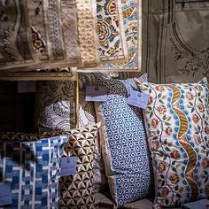 Les motifs des collections sont disponibles sur papiers et tissus.