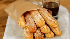 Recette avec instructions en vidéo: Voici une version sans friture des traditionnels churros espagnols. Ingrédients: 225ml d'eau, 110g de beurre, Vanille liquide ou en poudre, 2 càc de vergeoise , 1 càc de sel, 140g de farine, 3 œufs, 30g de sucre blanc, 1 càc de cannelle Churros Au Four, Cas, Crepes, Donuts, Pancakes, Instructions, Biscuits, Muffins, Food Porn