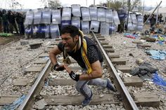 Police, migrants clash on Macedonia border; soldiers build fence | Reuters