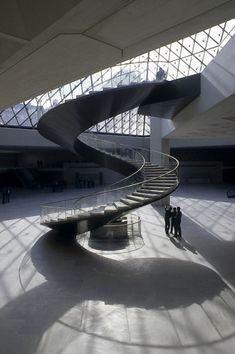 Paris, la pyramide du Louvre, escalier 01 Photo Serge Sautereau http://www.serge-sautereau.com/
