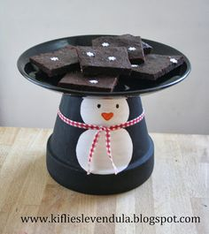 With this nice detailed craft tutorial you can make this adorable flower pot penguin cake stand. It's a perfect winter decoration or you can use it at any winter themed kids party. Penguin Birthday, Penguin Party, Penguin Craft, Flower Pot Crafts, Clay Pot Crafts, Flower Pots, Diy Crafts, Christmas Craft Fair, Christmas Ornaments