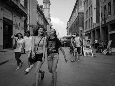 Photo Happy ragazze in the streets of Milan