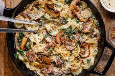 One-Pot Garlic Parmesan Pasta Recipe with Spinach and Mushrooms – Creamy Pasta Recipe — Eatwell101 Creamy Pasta Recipes, Spinach Recipes, Chicken Recipes, Vegetarian Recipes, Cooking Recipes, Spinach Mushroom Pasta, Spinach Stuffed Mushrooms, Sauteed Mushrooms, Mushroom Sauce