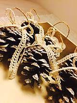 Vločky robené technikou kanzashi, ozdoby na stromček alebo ako dekorácia na stôl. Zdobené štrasom, korálkami, kamienkami. Cena za 1 ks...