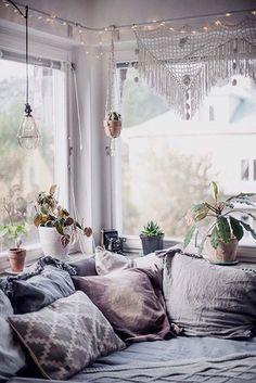 8 coins tranquilles pour lire  Du salon au grenier, voici 8 suggestions d'espaces cocooning consacrés à la lecture.