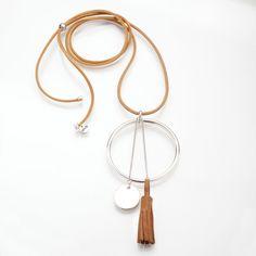 Sautoir en cordon de cuir avec un pompon en cuir. monté dans un jonc en métal argenté (sans nickel), et médaille suspendue par une chaîne. Perle permettant de régler la lo - 15492467
