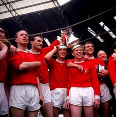 Manchester United celebrate winning the 1963 cup final Manchester United Fa Cup, Bobby Charlton, Sir Alex Ferguson, Fa Cup Final, Football Photos, World Football, Man United, Finals, Soccer