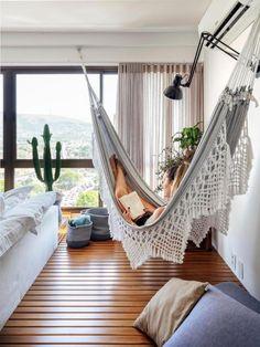 Cristiano Bauce / Divulgação Hammock In Bedroom, Living Room Hammock, Deco Studio, Relaxation Room, Relax Room, Indoor Hammock, First Apartment Decorating, Lets Stay Home, Green Rooms