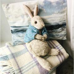 Peter Rabbit Stuffed Animal Knitting pattern by Dot Pebbles Peter Rabbit Kuscheltier Strickmuster von Dot Pebbles Animal Knitting Patterns, Knitting Kits, Knitting Projects, Sewing Projects, Knitting Daily, Double Knitting, Peter Rabbit, Crochet Amigurumi, Boo Dog