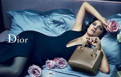 ディオールの新ビジュアル、アイコンバッグ「レディ ディオール」の世界観をマリオン・コティヤールが表現 - 写真1 | ファッションニュース - ファッションプレス