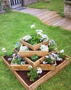 If you are looking for Diy Projects Pallet Garden Design Ideas, You come to the right place. Here are the Diy Projects Pallet Garden Design Ideas. Raised Garden Planters, Raised Garden Beds, Pallet Planters, Raised Beds, Flower Planters, Herb Garden, Diy Garden Projects, Pallet Projects, Diy Pallet
