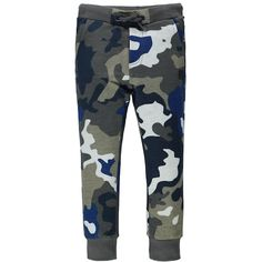 Showtime! Cool guys will really want to be seen in these joggers with camouflage print. After all, the print is super trendy, the cotton with its brushed lining is ultra comfy and the contrasting collars are extra soft. The side pockets, back pockets and fly look, as well as the drawstring with metal rings, all serve to up the cool factor. Include a printed T-shirt, sneakers and the street style look is complete. A real seasonal must have!