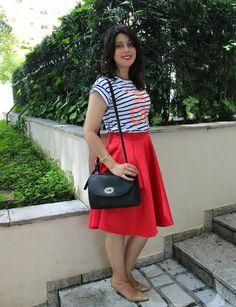 Saia midi vermelha e camiseta listrada.  Red mid skirt and stripe t-shirt. http://www.elropero.com/2014/12/fashion-set-saia-midi-vermelha.html