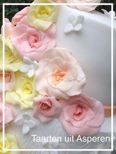 Detail foto van de bruidstaart met rozen waterval.