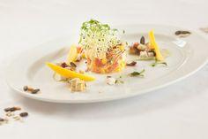 Dieses vegane Rezept Mango-Mozzarella-Tatar mit Orangen-Vinaigrette liefert Vitamine. Timo Franke beweist, dass vegane Küche auch Haute Cuisine kann.