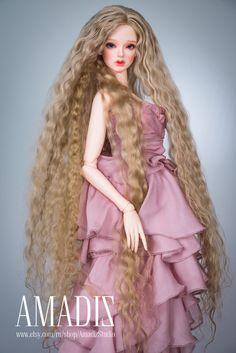 Dieses Produkt hat einen Rabatt von $10 auf unserer Website - http://amadiz-studio.com/  Natürliche Leicester-Schaf benutzerdefinierte Perücke. Zur Bestellung verfügbar  Wunderschöne Extra lange wellige natürliche blonde Haare für Ihre Puppe. Länge - 60 cm.  Die Perücke hat eine elastische Kappe der weißen Farbe mit einem Gummiband, dass du eine Silikonkappe nicht. ~ Unsere Perücken sind vielseitig, sie eignen sich für viele Puppen mit einem ähnlichen Kopfgröße! ~  Sie können Größe und jeder…