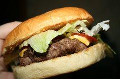 Fazer um hambúrguer saboroso não é difícil, embora tenha no mercado a venda vários produtos industrializados, com preços bem acessíveis e saborosos, se for feito em casa ele ficará mais saudável.