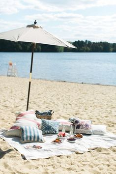 How to throw an Americana party on the beach: http://www.stylemepretty.com/living/2015/06/24/an-americana-beach-picnic-with-pier-1-imports/ | Photography: Ruth Eileen - rutheileenphotography.com