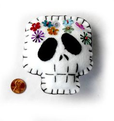 in feltro e pannolenci per Halloween, FELT Halloween, Día de los Muertos Skull Felt Plushies - Thumbnail 1 Adornos Halloween, Halloween Crafts, Halloween Bunco, Felt Crafts, Diy And Crafts, Arts And Crafts, Felt Decorations, Halloween Decorations, Felt Skull