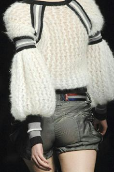 Furry in mohair … Bulky caliber only tied sweater - Everything About Knitting Knitwear Fashion, Knit Fashion, Mode Crochet, Knit Crochet, Knit Art, Fashion Details, Fashion Design, Knitting Wool, Mohair Sweater