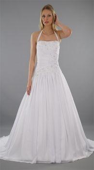 Traumhaftes #Brautkleid mit dezenter Blumen-Stickerei in moderner A-Linie aus Satin und Chiffon. Blickfang ist das schräg in den Rock übergehende Neckholder-Oberteil mit funkelndem Paillettenbesatz. Die raffinierte Schnittführung des Brautkleides kaschiert kleine Pölsterchen. Durch eine blickdichte Schnürung am Rücken ist ein perfekter Sitz garantiert. Das Brautkleid Selina ist bodenlang mit traumhafter Schleppe.