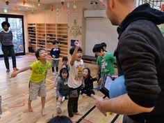外国人の教師と英語を使って遊ぶ子どもたち=福岡市中央区の大濠アフタースクールで、田鍋公也撮影