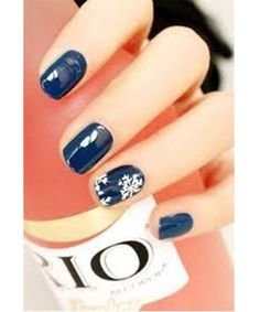Midnight blue and white snowflake nail art design. Simple yet elegant winter nail art design that will surely match with the winter season. Holiday Nail Designs, Classy Nail Designs, Best Nail Art Designs, Winter Nail Designs, Easy Designs, Diy Christmas Nail Art, Holiday Nail Art, Winter Nail Art, Winter Nails