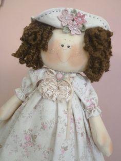 Linda Boneca Sofia, estilo boneca russa que fica em pé sem apoio. Tecidos e cores conforme sua preferência. Ótima para decorar quartos de bebê ou para casa.    Medida aproximada: 50cm R$ 150,00
