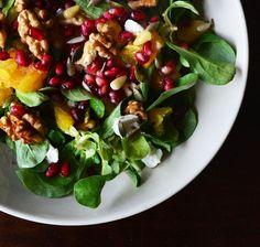 Een frisse zomerse salade met granaatappel, geitenkaas en sinaasappel. Supersnel en makkelijk te maken. Ideaal voor de warme zomerdagen!