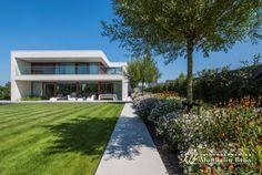 http://www.tuinondernemingmonbaliu.be/nl/realisaties/conceptuele-tuin-verzacht-sterk-architecturale-woning/