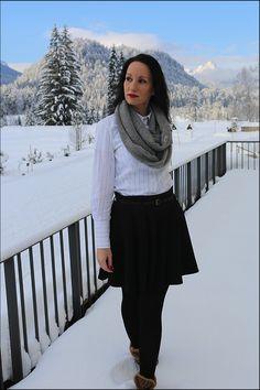 Fashion - Mode im Schnee - Minirock und Bluse in den Bergen