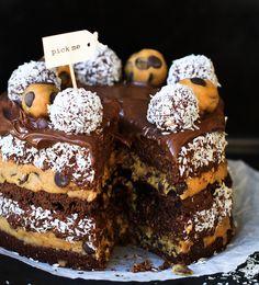 Kladdkakstårta med cookie dough och chokladbollssmet Easy Delicious Recipes, Best Dessert Recipes, Fun Desserts, Sweet Recipes, Cake Recipes, Yummy Food, Grandma Cookies, Something Sweet, Cookie Dough