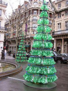 Árbol de navidad con botellas pet. Personas ecologistas tuvieron la buena idea de crear un pino navideño con botellas de plástico pet encontradas en la basura. En este ejemplo el color es verde, pero tú puedes jugar con los colores y tamaños de las botellas que encuentres.