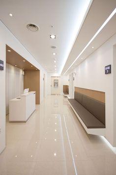 Floor color and brown side works Medical Office Interior, Dental Office Decor, Medical Office Design, Healthcare Design, Clinic Interior Design, Clinic Design, Waiting Room Design, Hospital Architecture, Cabinet Medical