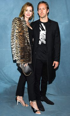 Anne Hathaway Photos - Anne Hathaway and Adam Shulman attend the Givenchy show as part of the Paris Fashion Week Womenswear Spring/Summer 2019 on September 2018 in Paris, France. Anne Hathaway Style, Anne Hathaway Photos, London Fashion Weeks, Paris Fashion, Fashion Models, Girl Fashion, Fashion Dresses, Paris Girl, Kaia Gerber