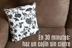 En 30 minutos: haz un cojín sin cierre - Corriendo Con Tijeras Blue Pillows, Throw Pillows, Fabric Crafts, Diy Crafts, Origami Bag, Color Shapes, Outdoor Fabric, Bed Covers, Sewing Hacks