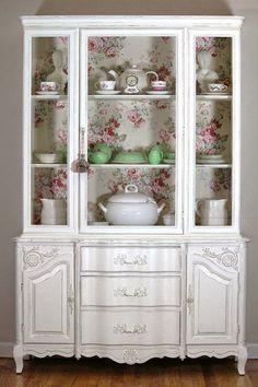 Os modelos antigos restaurados e em sua função original, com louças e utensílios domésticos.