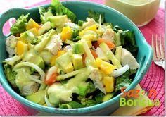 Ensalada de pollo con aderezo de aguacate y limón