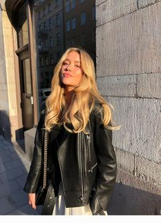 7 effective ways to cope with fluffy hair. 7 effective solutions for your fluffy hair. 7 Effective Solutions For Your Fluffy Hair Blonde Hair Looks, Brown Blonde Hair, Blonde Hair With Highlights, Blonde Honey, Blonde Hair Girl, Medium Blonde, Medium Hair, Hairstyles With Bangs, Girl Hairstyles