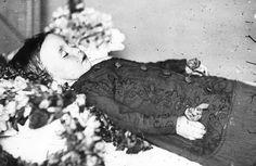 Memento Mori Photographs | Memento Mori: Victorian Death Photos / 393106762_ae019e3b0b.jpg (500 ...