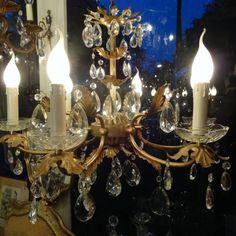 Verguld metalen kroonluchter  vol met  kristallen pegels
