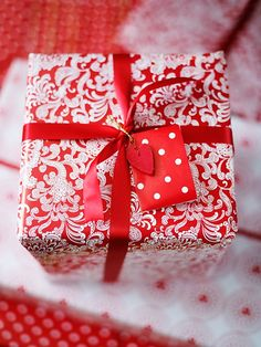 ✂ That's a Wrap ✂ diy ideas for gift packaging and wrapped presents - red and white christmas print-on-print paper
